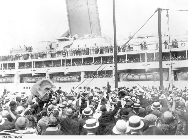The arrival of a passenger ship at Outer Harbor [PRG 280/1/41/159]